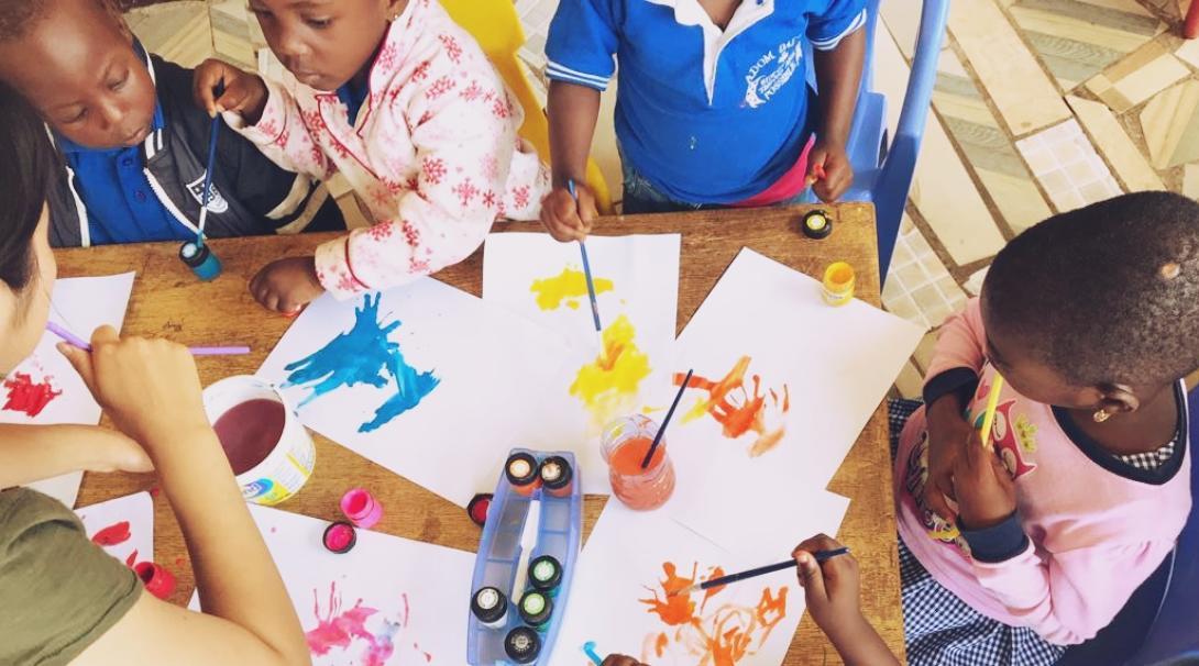 ガーナの子供たちと図画工作に取り組む日本人高校生ボランティア